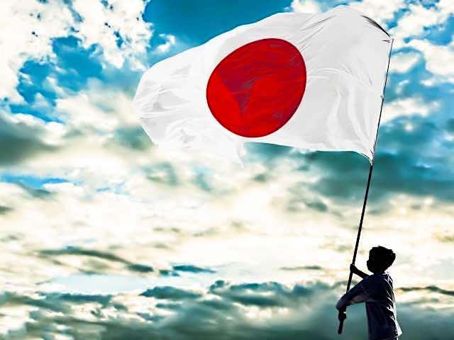 日本の国旗を掲げる少年 祝日のイメージ