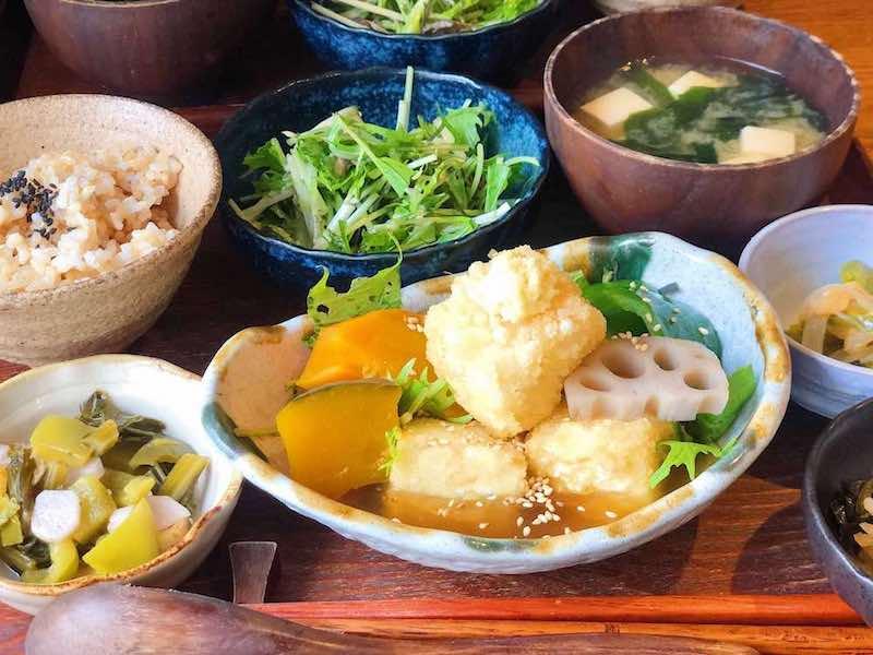 惣菜やご飯、味噌汁など日本食