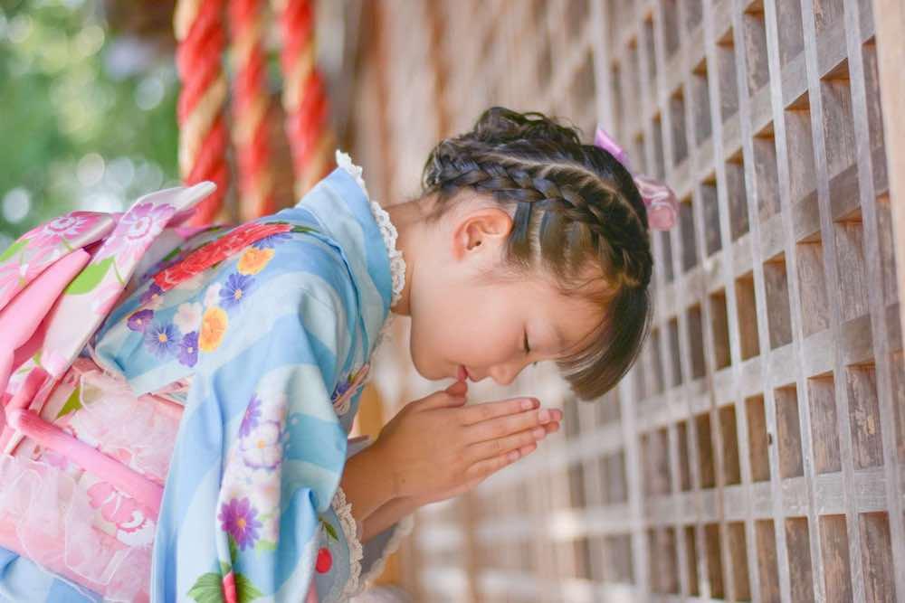 着物姿で神社に参拝する少女