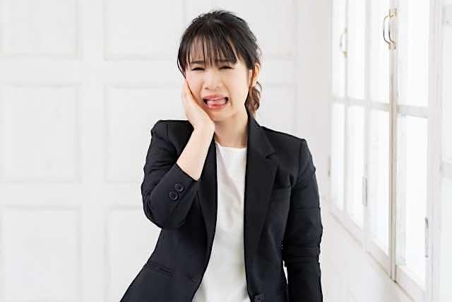 歯痛そうな女性