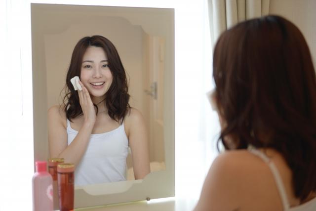 鏡から目線をおくる女性