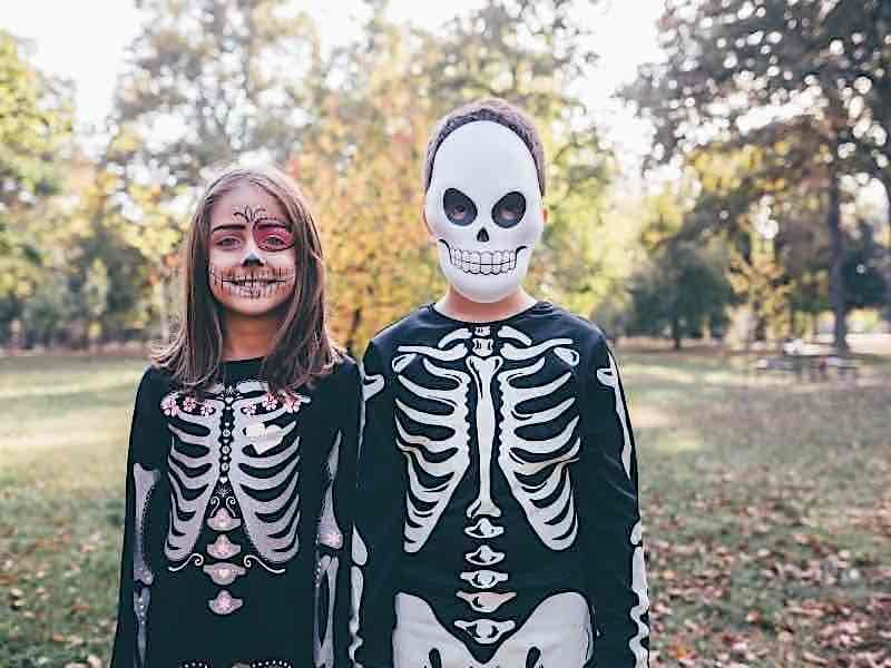 骸骨の格好をする子供たち