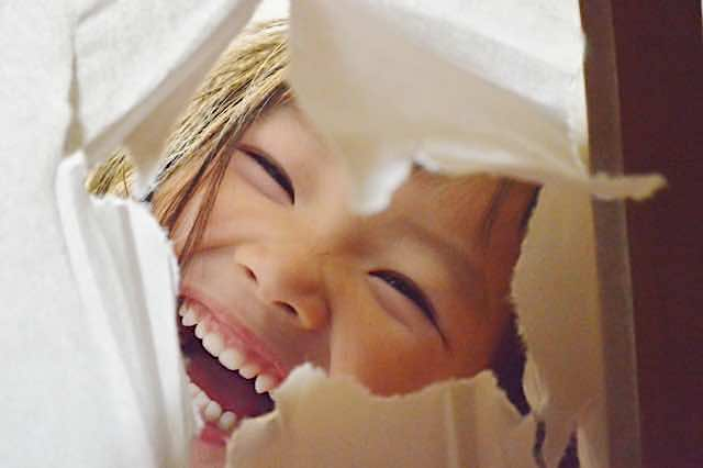 障子ごしの子どもの笑顔